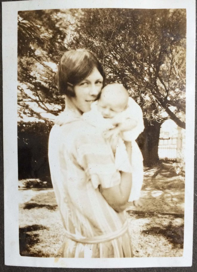 1926 - Dordy & 3 week old RHE (small size)