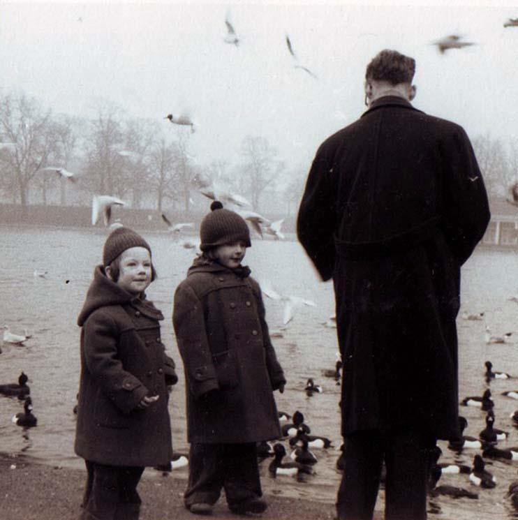 feeding-the-birds-st-james-park-1959