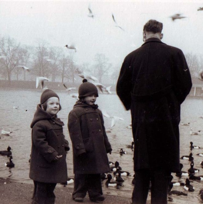 feeding-the-birds-st-james-park-1959